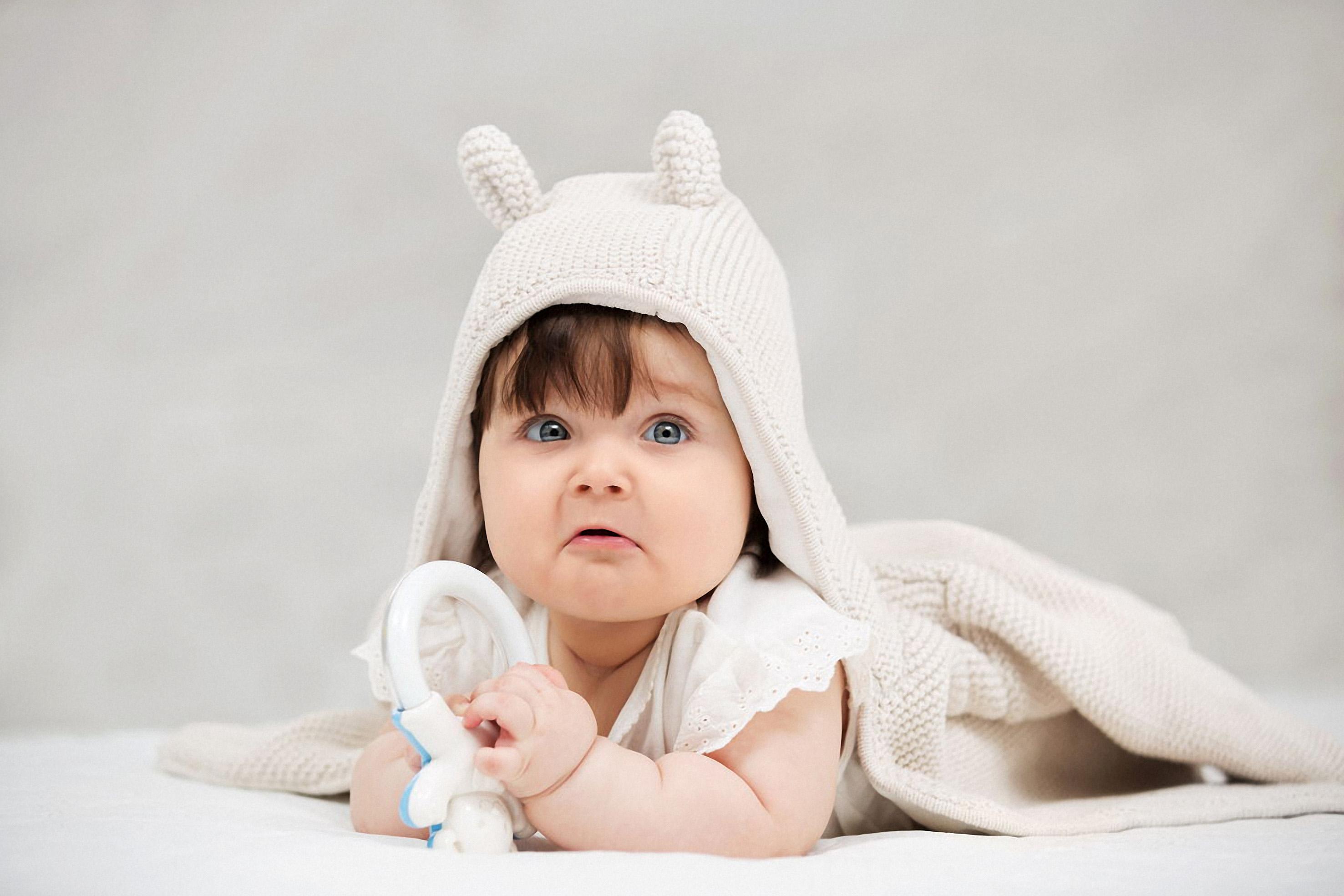 1280-527548100-baby-girl-lying-on-blanket-indoors